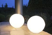 Kule podświetlane Moon / Kula podświetlana to wielofunkcyjny element dekoracyjny.  Jest to idealna dekoracja ogrodowa, lampa czy designerski element dekoracyjny. Kula świeci się przepięknie, daje niesamowitą poświatę i dużo światła.