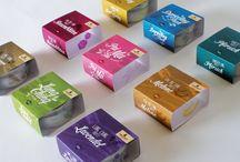 Packaging / Verpackungen sind wesentliche Elemente einer Marke. Dieser Kurs vermittelt die Grundlagen der Verpackungsgestaltung und beschäftigt sich im Wesentlichen mit dem Relaunch bzw. Facelift bestehender  Verpackungen. Dabei werden die Aspekte Optik, Haptik, Sensorik, Materialität und Nachhaltigkeit behandelt und rationale und emotionale Funktionen von Verpackungen erläutert.