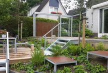 tuin met staal en hout modern