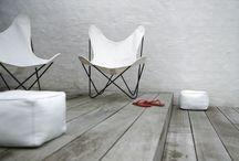 """Butterfly Chair / De """"Butterfly Chair"""", ook wel """"AA of BKF Chair"""" genoemd, kan zowel binnen als buiten geplaatst worden. Deze vlinderstoel is een tijdloos, puur design ontworpen in 1938 door 3 leerlingen van Le Corbusier (Jorge Ferrari Hardoy, Antonio Bonet en Juan Kurchan). Deze stoel is verkrijgbaar met verschillende frames en covers."""