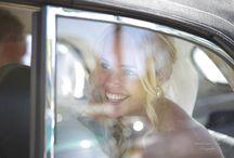 Trouwauto / Prachtige oldtimers, zenuwachtige blikken in de auto onderweg naar de trouwlocatie, een moment van nog even samenzijn voor het allemaal gaat beginnen..