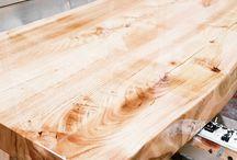 mensola per lavabo da bagno in legno massello XLAB / Mensola da bagno in legno massello con trattamento resinato. Una lavorazione artigianale, la stupenda finitura lucida, evidenzia le fiammature del legno massello. www.xlab.design