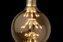 FIREWORKS KOLEKCIA / FIREWORKS Kolekcia je kolekcia dekoračných LED žiaroviek z kolekcie FIREWORKS sú dodávané so štandardnými objímkami, ktoré sa používajú v domácnostiach. Tieto LED dekoračné žiarovky disponujú novou LED technológiou, ktorá je vysoko účinná. LED diódy sú navrhnuté v štýle ohňostroja, čím vytvárajú dekoratívne osvetlenie Vašej domácnosti. Na rozdiel od iných typov žiaroviek, LED nevyžarujú UV žiarenie, čo je bezpečnejšie pre dlhodobé expozície a sú menej atraktívne pre hmyz.