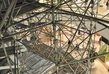 Rozbudowa Galerii Mokotów w Warszawie / Nowa część Galerii Mokotów o powierzchni 3,5 tys. mkw., zaprojektowana przez pracownię Sud Architectes, autorów łódzkiej Manufaktury, powstaje na planie litery L u zbiegu ulic Uniechowskiego i Wołoskiej, w miejscu placu do obsługi dostawców. Prace obejmują także przebudowę drugiego piętra restauracyjnego, które powiększy się o 1,5 tys. mkw. Nasza firma dostarczała rusztowania do budowy Galerii.