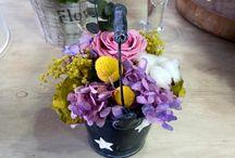 Cubos de flores preservadas y artificiales / Cubos decorados con flores preservadas, secas y artificiales. / Buckets decorated with flowers preserved, dried and artificial.