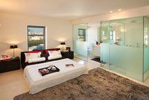 Camera da letto con bagno in vista