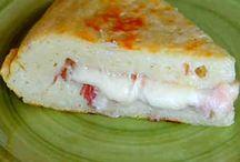 tortilla de patata rellena de jamón y queso .