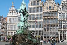 Stedentrip België / Een prachtige stedentrip naar onze zuiderburen wie wil dat tegenwoordig nou niet? België beschikt over prachtige steden vol met gezellige markten, boulevards en winkels. België word beschouwd als een relax land en dat is zeker waar. De mensen zijn aardig, de vogels fluiten en de zon lacht je toe. Boek nu een fantastische stedentrip naar België bij www.jouwvakantiedeals.nl en ontdek een van die gezellige steden.