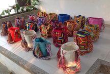 Mochila Wayuu, bags and more...'tassen en meer' / Deze kleurrijke tassen zijn handgeweven door de vrouwen van de Wayuu Indianen. Deze weefkunsttechniek  geeft de Wayuu stam van generatie op generatie aan elkaar door. Er zijn meer dan 20 wayuu stammen met ieder hun eigen techniek, kleuren en figuren ontwerp. Patrick, een bevlogen Nederlander die op 2 uur rijden van één van de Wayuu stammen in Colombia woont, kiest deze kleurrijke en unieke tassen uit. Interesse? Stuur een email naar mobylise@hotmail.com.