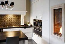 Klassieke stijl / woonstijl bestaat uit: glanzende materialen gecombineerd met leer, diepe kleuren zoals bordeauxrood en antieke meubels