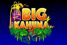 """Big Kahuna / Tuffati nel mondo etnico e neo-colombiano della slot Big Kahuna. Se attivi la partita bonus Vulcano, potrai scegliere tra 5 cesti di frutta e vincere le monete in essi nascoste. Con la partita bonus """"Maschera"""", invece, potresti vincere fino a 4.375 monete. È tempo di fare una visita al ricco tempio!"""