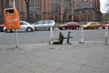 Der Bürostuhl im Stadtbild Berlins / Bürostühle am Straßenrand