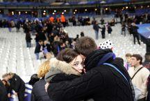 Pár mladých parížanov pri odchode zo štadióna po teroristickom útoku 13.11.2015 (Christophe Ena AP)
