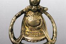 Historiske smykker, kammer o.l