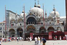 Włochy / Słoneczna Italia to nie tylko wiodący Europejski kraj, to również miejsce w którym historia przeplata się z teraźniejszością, a miejsca takie jak Wenecja są tego doskonałym przykładem. Każdy podróżnik choć raz powinien odwiedzić to magiczne miejsce.