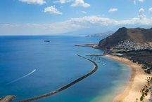 Santa Cruz de Tenerife / Santa Cruz de Tenerife, capital de la Isla, está situado en la parte de la ciudad más cercana al mar, junto a su importante puerto comercial. Aquí, entre calles peatonales colmadas de tiendas, restaurantes y otros establecimientos, numerosos edificios testimonian el devenir histórico de la ciudad.