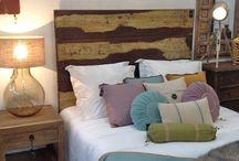 Dormitorios / Camas, cabeceros, mantas, cojines, lamparitas, mesillas de noche. Que no le falte nada a ese espacio tan personal.