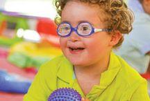 ▶ Discapacidad Intelectual / Tablero con una selección de materiales, soluciones, juegos de despertar y aprendizaje, de estimulación sensorial y de autonomía adaptados a las necesidades de los niños con Síndrome de Down o con discapacidad intelectual, para trabajar el tono muscular y fomentar la motricidad fina.