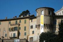 Il Palazzo / Residenza gentilizia cinquecentesca, sorta sui resti di un anfiteatro d'epoca romana, al suo interno è ospitato fin dal 2002 un ricco patrimonio di opere d'arte.