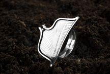 Anillos de plata - Silver Rings / Anillos artesanos de plata.  Anillo de plata de textura lisa y grabado Disponible en varios tamaños ajustables Acabado brillo Todas las joyas que elaboramos, están realizadas con plata de 930. Esto quiere decir que de 1000 partes 930 son de plata fina y 70 de cobre electrolítico. En la composición de nuestras piezas NO hay metales como el zinc o el estaño, metales que pueden encontrarse en otro tipo de piezas de joyería y que pueden ocasionar alergias o irritaciones en la piel.