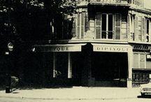 """Diptyque / Die Geschichte von Diptyque begann im Haus am 34 Boulevard St-Germain in Paris mit drei Freunden, die von der gleichen kreativen Leidenschaft angetrieben wurden. Mit ihrem einzigartigen Geschmack verwandelten sie die Boutique nach und nach in eine eigene Welt, mit einer faszinierenden Vielfalt an überraschenden Produkten, die das Trio von ihren Reisen mitbrachte - einzigartig in Paris. Als """"Händler für alles"""" ließen sie sich von ihrer unersättlichen Neugier und ihrem Gespür für Schönheit leiten."""