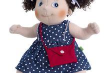 Rubens Barn bambole empatiche / Una bambola perché? La bambola è un forte stimolo pedagogico perché i bambini imparano a giocare in modo reale, cambiano gli abitini, le dedicano le cure adeguate, le alimentano e cambiano il pannolino, le portano a passeggio, dai nonni o a una festa di compleanno, e le mettono a letto come un fratellino. Le Rubens Barn sono bambole empatiche