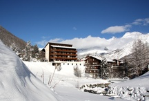 Winter Holidays in Hotel Bristol Saas Fee, Switzerland / Ski in & Ski out only 1 minute away from the lifts and 2 minutes from the cable cars. All double rooms and family suites face south, feature a balcony and offer superb free mountain views. Well known for a excellent cuisine and a good selected wine-list in a pleasant atmosphere.  In summer including all the cable cars and buses in the  Saas Valley (except summer skiing)  It is situated opposite the golf course, a football field and the tennis, volleyball and basketball courts.