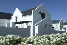 Białe domy w szarych pokryciach