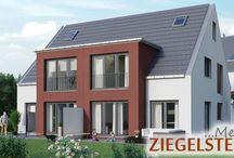 Verkaufsstart im Doppel / Im begehrten Nürnberg Ziegelstein entsteht ein Wohnensemble mit einem Doppelhaus und einer Wohnanlage mit acht Eigentumswohnungen. Hier sind Sie genau richtig, wenn Sie ruhig und im Grünen wohnen, aber dennoch schnell mitten im Geschehen sein wollen. Eigentumswohnungen mit 1,5- bis 3-Zimmern und Terrasse oder Balkon | Doppelhäuser mit 4 Zimmern plus Studio im Dachgeschoss sowie Privatgarten