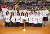 Dünya Şampiyonu Genç Kızlar Hentbol Takımımız! / Dünya Liseler Hentbol Şampiyonası'nda Doğa Okulları Genç Kızlar Hentbol Takımı, finalde Slovenya'yı mağlup ederek Dünya Şampiyonu oldu. Doğa, aldığı bu şampiyonluk ile takım sporlarında 4. Dünya Şampiyonluğu'nu Türkiye'ye kazandırdı.