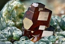 Grossulaire (Grenat) / Nésosilicates, Grenats : Grossulaire et variantes (Chrom grossular = Chrome-bearing grossular, Hessonite, Manganoan grossular, Tsavorite)