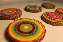 Regenboog boomstam / Een stuk boomstam met regenboog kleuren erop geschilderd.