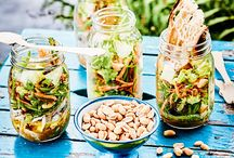 Picknick-Rezepte / Sandwiches, Salate im Glas, kleine Küchlein, Limo und Co.: Mit diesen Leckereien machen wir es uns nur zu gerne auf der Picknick-Decke gemütlich!