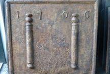 Antike Kaminplatten und Ofenplatten / Wir haben immer mehr als 500 antike Kaminplatten auf Lager in alle Arten und Dimensionen, die online bestellt werden können. Siehe unsere Website https://www.kaminplatte.de für unsere Lagerbestände und Preise.