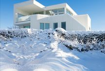 Playing to live / This Villa lies like a white landmark in the soft landscape. The house has a futuristic form but is built with traditional Nordic materials and architectural elements with a good basis in Norwegian building methods.  #architecture #arquitectura #nieve #snow #spain #españa  #home #selectahome #luxuryhouse #wood #madera #kitchen #cocina #livingroom #bathroom #salon