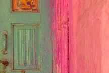 COLORFUL LIVING / Die meisten Menschen gestalten ihr Zuhause eher dezent und verzichten auf knallige Farben. Trotzdem: Wie gerne würden wir mal unsere Wände Rot, Türkis oder Pink streichen, aber wir trauen uns sich. Deshalb schwärmen wir so für farbenfrohe Interiors und Dekos in bunten Farben. Der Boho Style verkörpert diese Sehnsucht perfekt. Aber auch in modernen Ambiente können Farben wunderbare Akzente setzen. Was wäre ein Leben ohne Farbe?
