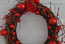 Sprzedany WISIENKA NA TORCIE - 129 zł - wieniec / Bożonarodzeniowy wianek wykonany na bazie z nieokorowanej wikliny z wplecionymi dodatkowo gałązkami wierzby i lipy. Udekorowany dodatkami w kolorze soczystej czerwieni – jabłuszkami, bombkami o różnym rozmiarze i fakturze oraz pajęczyną korali rozpiętych na złotym druciku. Całość dopełnia kokarda z czerwonej tafty. Średnica ok. 33 cm.