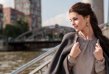 Look Hamburg / Kleidung als Spiegel der Seele. Dann ist mit diesem Trend-Lederrock alles gesagt. Zeitlos schön und eine Inspiration für jede Kombinations-Königin. Hier außergewöhnlich kombiniert mit Bluse, Wollcape und den bezaubernden Glasperlenohrringen. Es wird Zeit für ein stylisches Update.