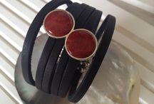 Pecas em prata / pulseira tiras couro com pin de coral lustrado em prata 925