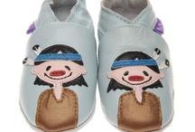 Pre Shoes / Pre Shoes navrhuje zábavné měkké kožené botičky pro novorozence a batolata. Nejjemnější kůže a nádherný design nabízí krásné a to nejkomfortnější obutí pro dětskou nožičku. Kožený materiál udržuje v zimě nožičky v teple a v létě jim naopak umožňuje dýchat. Díky elastické opoře kotníku poskytují boty dítěti větší stabilitu.