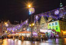 Poolse Kerstmarkten / De grote steden van Polen zijn alweer klaar voor de winter. In Krakau, Warschau, Gdansk en Wroclaw zijn de welbekende kerstmarkten weer begonnen. Zoals ieder jaar bieden de Poolse kerstmarkten bezoekers een kans om kennis te maken met Kerst op zijn Pools, met het Poolse eten, de Poolse kerstliederen en natuurlijk kan men zich opwarmen met de Poolse versie van gluhwein. Het meeste van de kerstmarkten vinden hun plaats in de centrum van de steden. Soms krijgen ze ook een andere locaties.