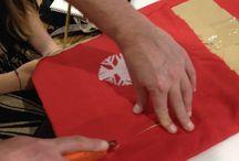 Estampatela / En este taller se usan técnicas sencillas de estampación sobre textil: el estarcido o estencil, la estampación mediante sellos y la creación de motivos con rodillo.