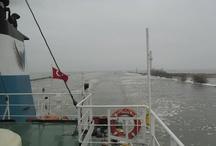 Saçma Sapan Bir Gemi Gezisi / Eğlenceli vakit geçirmek için gittiğim bir çok garip yer oldu. Çok soğuk yerlere de gittim ama geçen yıl yaptığım bu manyaklık en saçma tatil çalışmalarım arasında zirveye oynar, kesin. 8 gün bir gemi içinde, buz tutmuş denizler falan ... zirveye oynar, evet.