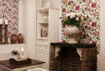 Piękne połączenie rolety i tapety / Firma deKEA projektuje piekne dekoracje do wnętrz. Tutaj realizacja do rustykalnego wnętrza. Połaczenie rolety i tapety - jeden wzór odpowiednio zaprojektowany.
