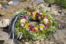 Trauerschmuck für das Grab / Wer sich mit Trauerfloristik beschäftigt, tut das meist in einer emotional angespannten Zeit. Ein Trauerfall, das Ableben eines geliebten Menschen geht diesem voran. Welche Blumen, welche Farben und welcher Stil sind die passenden? Wie groß und umfangreich oder wie dezent und zurückhaltend darf der Blumenschmuck für den letzten Weg des Verstorbenen sein?