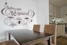 Letras y mensajes en decoración / Un toque diferente para cualquier pared.Decorar con letras es una tendencia que le imprime carácter a la decoración y que aporta un toque sofisticado. Ideal para paredes no aburridas.