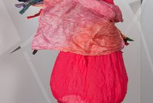 BREVE ANTEPRIMA - NEW COLLECTION PRIMAVERA ESTATE 2015 GHUNGROO BY GANESHA / Target: 25-65  Stagione: Primavera Estate 2015 Stile: anticonvenzionale e pratico, colore, colore, colore!  Silhouette: vestibilità comoda e linee fluide  Tipologia: Patchwork di tessuti, caftani, abiti in pizzo, viscose stampate, magline di viscose, linea mare Parole chiave: moda oversize e curvy, design italiano per un prodotto d'importazione Made in India