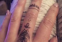 tatuaże na palcach/dłoniach