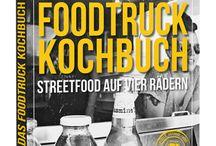 Der Foodtruck-Roadtrip / Ob vor dem Büro, auf dem Supermarktparkplatz oder beim Festival – immer mehr Foodtrucks bereichern das Straßenbild der deutschen Großstädte. Und der Trend aus den USA bringt uns das Mittagessen nicht nur warm bis vor die Bürotür, sondern wartet auch mit einer riesigen Bandbreite unterschiedlicher Menüs und Philosophien auf.