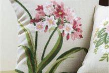 cojín con flores pintadas